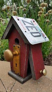 Casa de pájaros con matrícula y picaporte diy hecho a mano