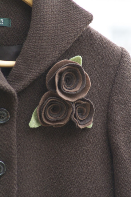 broche de fieltro marron