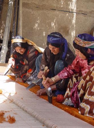 personas haciendo una alfombra