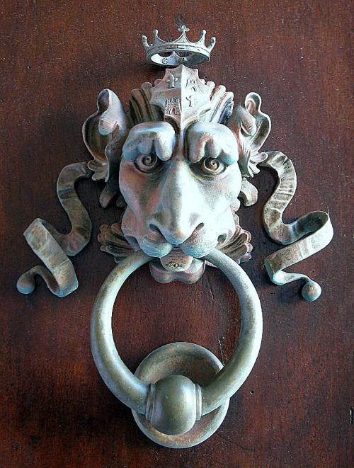 Picaporte leon con corona