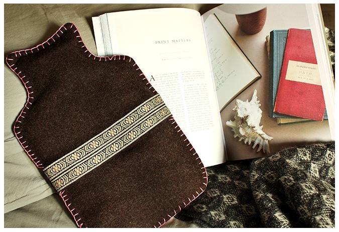 cuabierta de bolsa en la cama con libros
