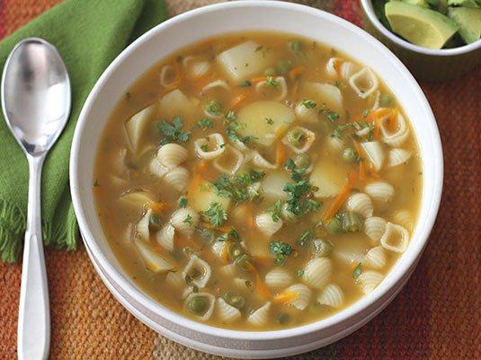 plato con sopa y cuchara