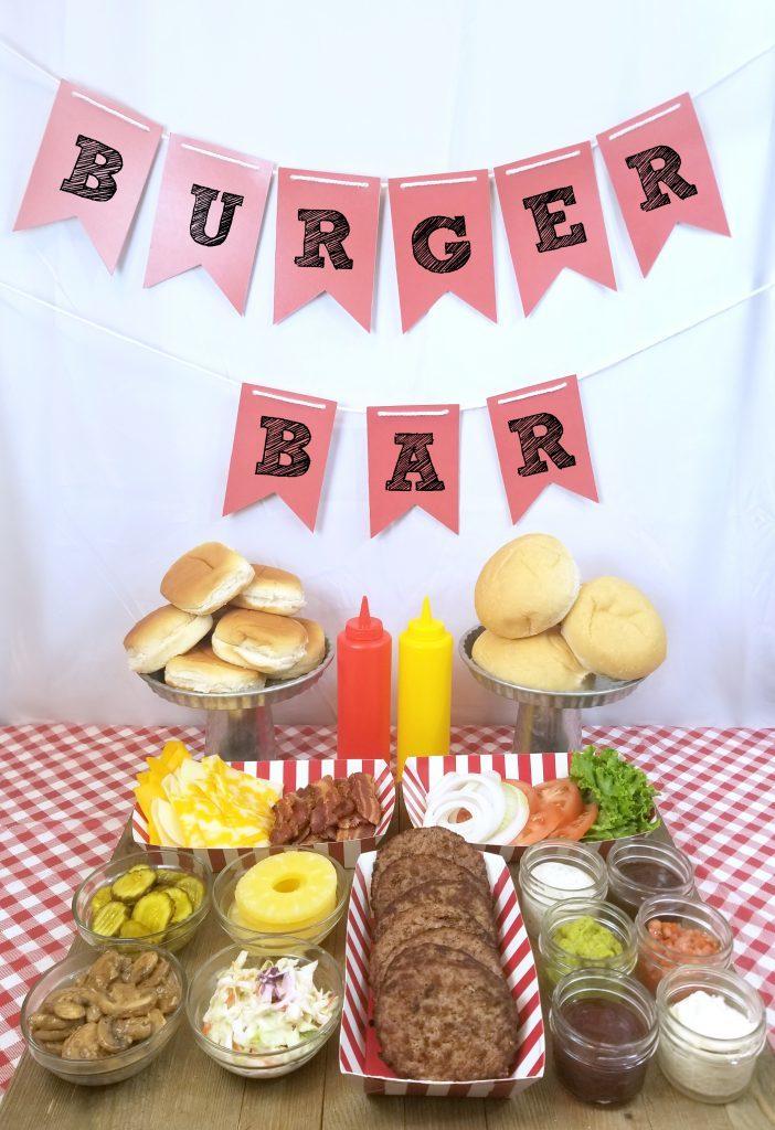 mesa de hamburguesas para la fiesta de verano makingtimeformommy