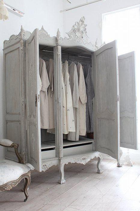 armario gris con puertas para ropa