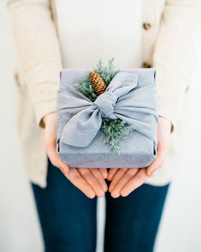 envolver regalo amigo invisible con tela the glitter guide