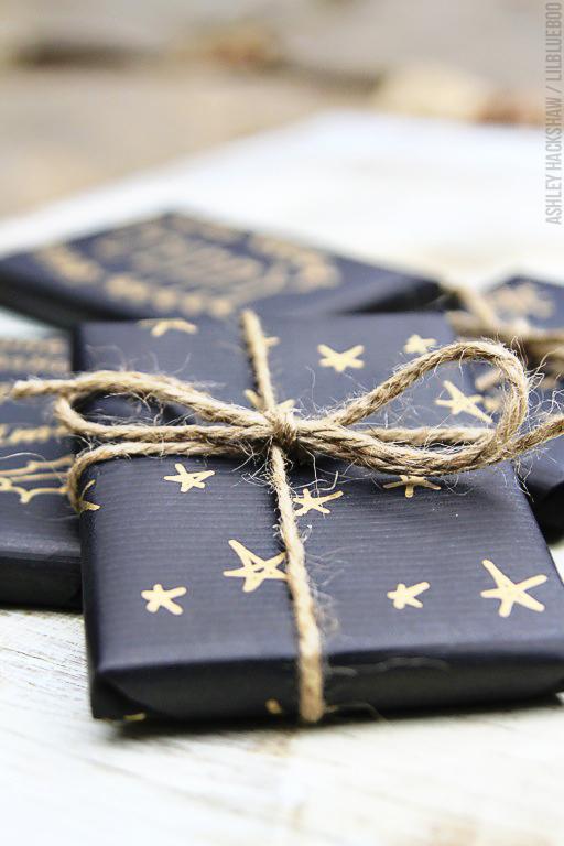 paquete envuelto con papel de estrellas pintado lilblueboo