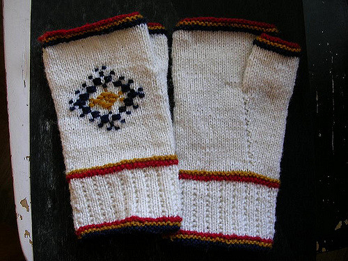 Roosmine Maja - fingerless mittens with roositud inlay pattern by Helene Wallin