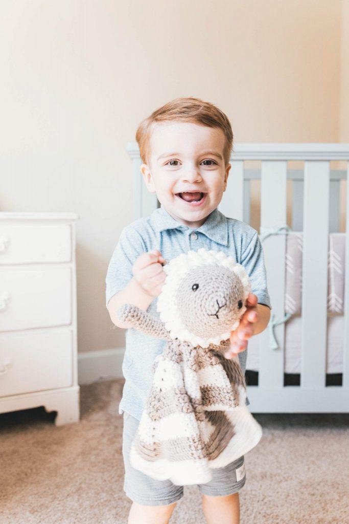 niño con oveja