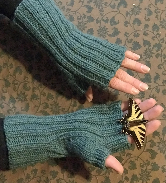 Amigo invisible Waum Mitts by Tracy Hill